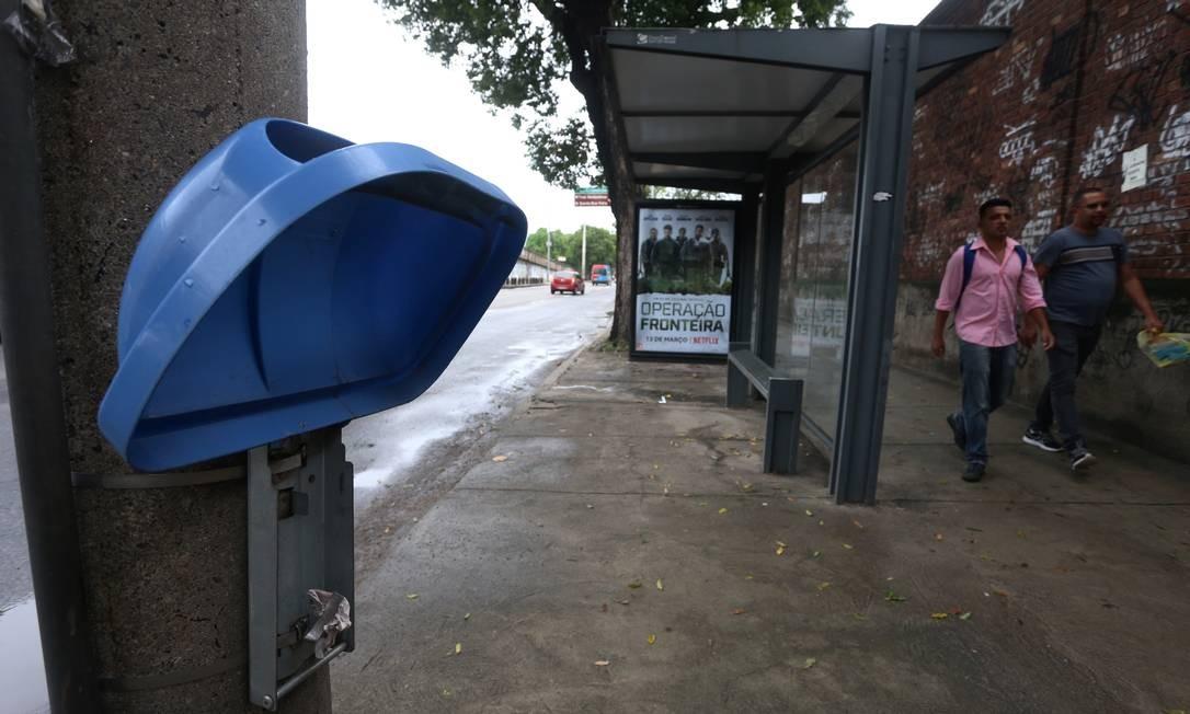 Lixeira quebrada na Avenida Francisco Bicalho, próximo a Rodoviária Novo Rio, porta de entrada para muitos visitantes da cidade Foto: FABIANO ROCHA / Agência O Globo