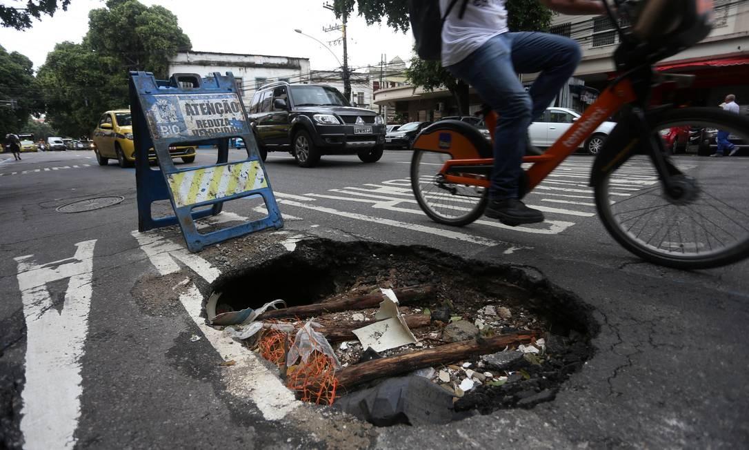 Rua Hadock Lobo, no Rio Comprido. Buraco gigante acumula lixo e atrapalha o trânsito Foto: FABIANO ROCHA / Agência O Globo