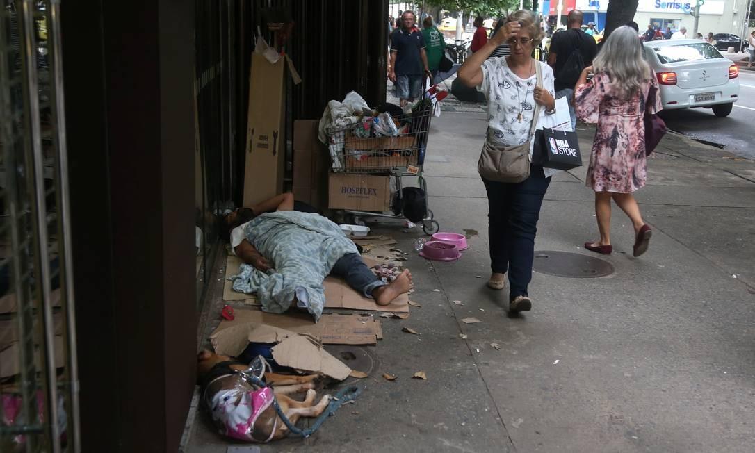 Na Avenida Nossa Senhora de Copacabana, um morador de rua dorme na companhia de seu cachorro, próximo ao número 542 Foto: FABIANO ROCHA / Agência O Globo