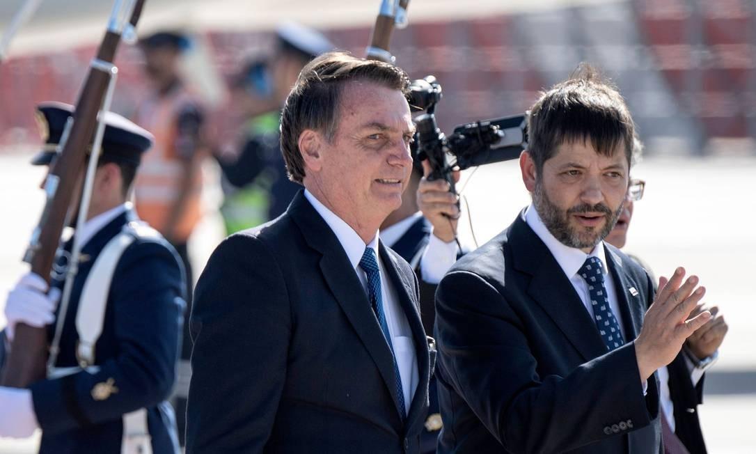 Jair Bolsonaro é recebido por Frank Tresler após chegar em Santiago, no Chile Foto: MARTIN BERNETTI / AFP