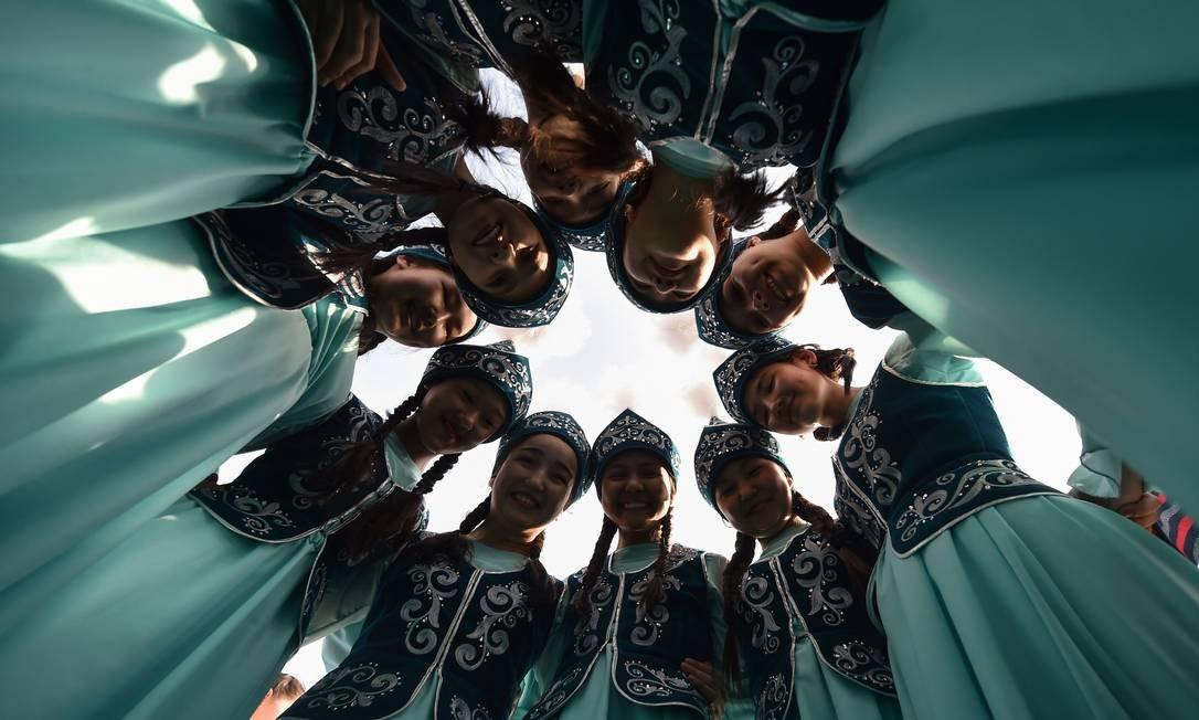 """Mulheres quirguizes vestindo trajes tradicionais se apresentam durante as comemorações de Noruz (Ano Novo) na praça central de Ala-Too, em Bishkek, Quirguistão. Noruz, o """"Ano Novo"""" em Farsi, é um antigo festival que marca o primeiro dia da primavera na Ásia Central Foto: VYACHESLAV OSELEDKO / AFP"""