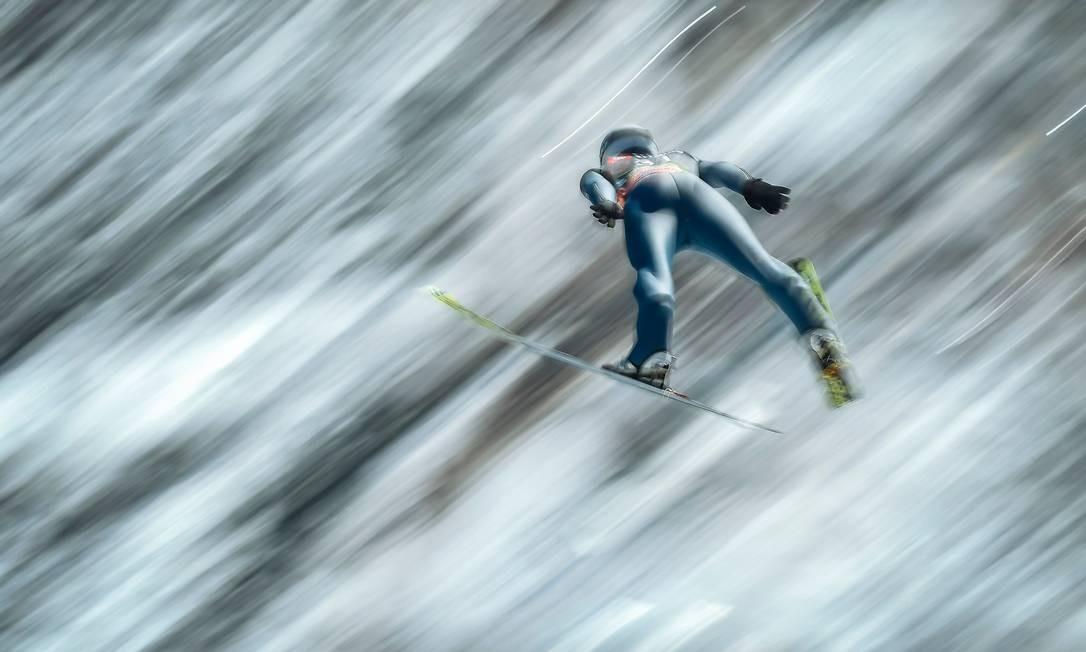 Esquiador alemão disputa a segunda fase de treinos da Copa do Mundo de Saltos de Esqui da FIS, em Planica, na Eslovênia Foto: JURE MAKOVEC / AFP