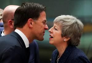 Primeiro-ministro holandês, Mark Rutte, e premier britânica, Theresa May, durante encontra da União Europeia em Bruxelas Foto: YVES HERMAN / REUTERS