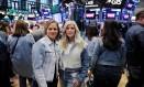 Jennifer Sey, diretora de Marketing, e Karyn Hillman, diretora de produto da Levi´s, na Bolsa de Nova York. Foto: LUCAS JACKSON / REUTERS