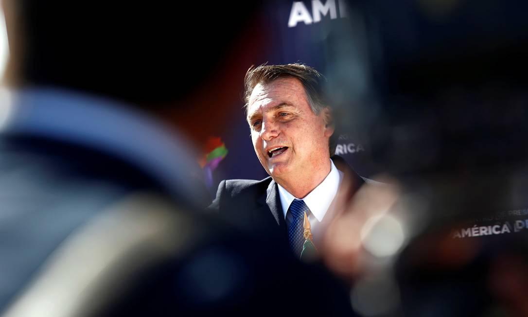 Bolsonaro na chegada ao Chile nesta quinta: durante o 'live', presidente sorriu ao comentar que alguém podia estar questionando por que o ministro da CGU está na delegação Foto: / Esteban Garay/REUTERS