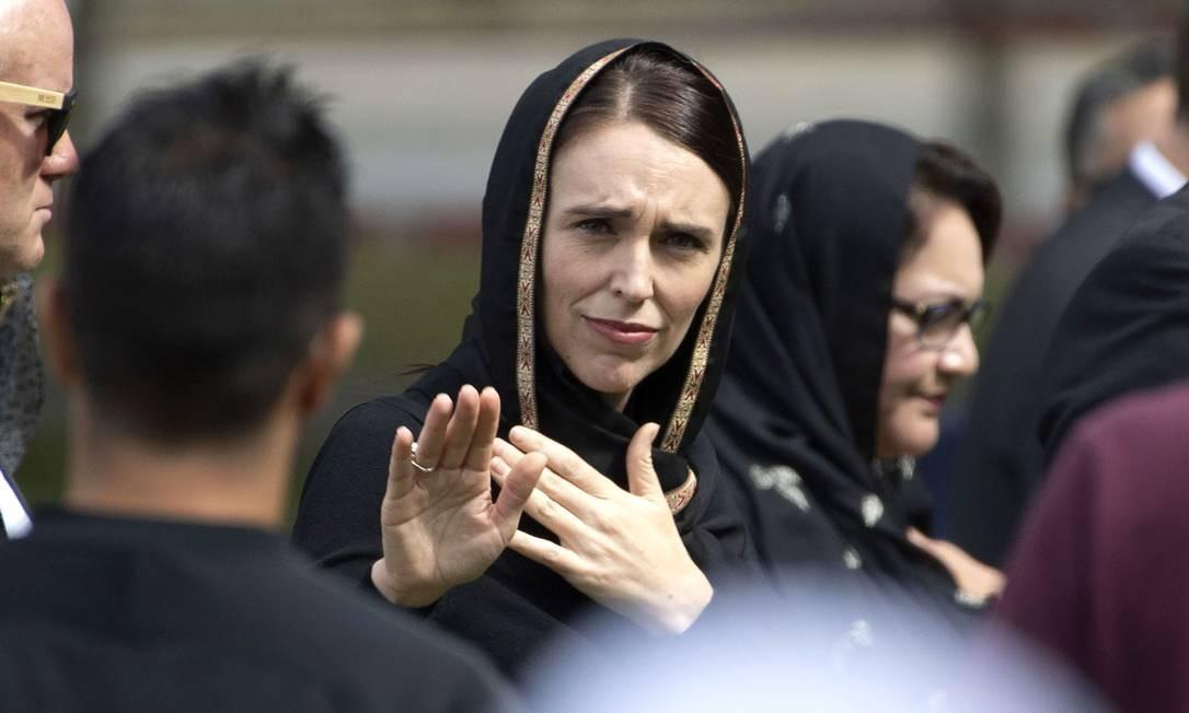 A primeira-ministra da Nova Zelândia, Jacinda Ardern, acena ao sair de um encontro para orações congregacionais de sexta-feira e dois minutos de silêncio em respeito às vítimas do massacre das mesquitas, no Hagley Park, em Christchurch, ocorrido há uma semana Foto: MARTY MELVILLE / AFP