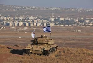 Tanque israelense com a bandeira do país sobre região ocupada das Colinas de Golã, perto da cidade síria de Quneitra 18-10-2017 Foto: JALAA MAREY / AFP