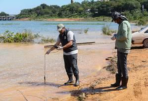 Tiago Felix (à esquerda) e Marcelo Naufal (à direita) da SOS Mata Atlântica no sexto dia da Expedição Sem Barreiras, durante captação e analise das águas do Rio Paraopeba Foto: Léo Barrilari