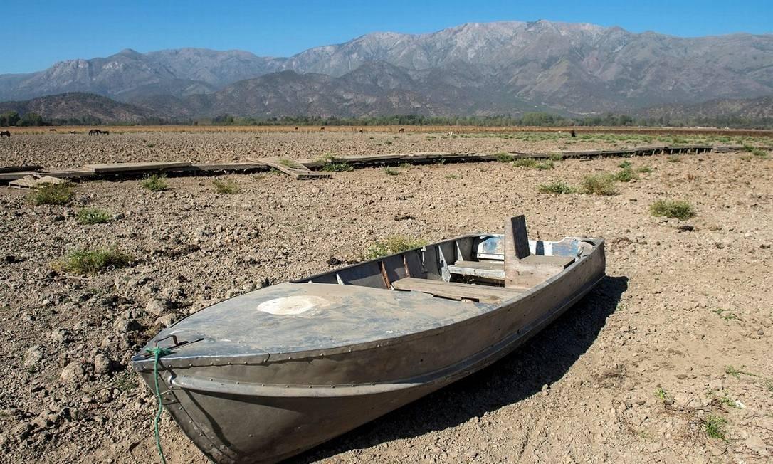 Barco no que já foi um lago de 6 metros de profundidade, no Chile Foto: MARTIN BERNETTI / AFP
