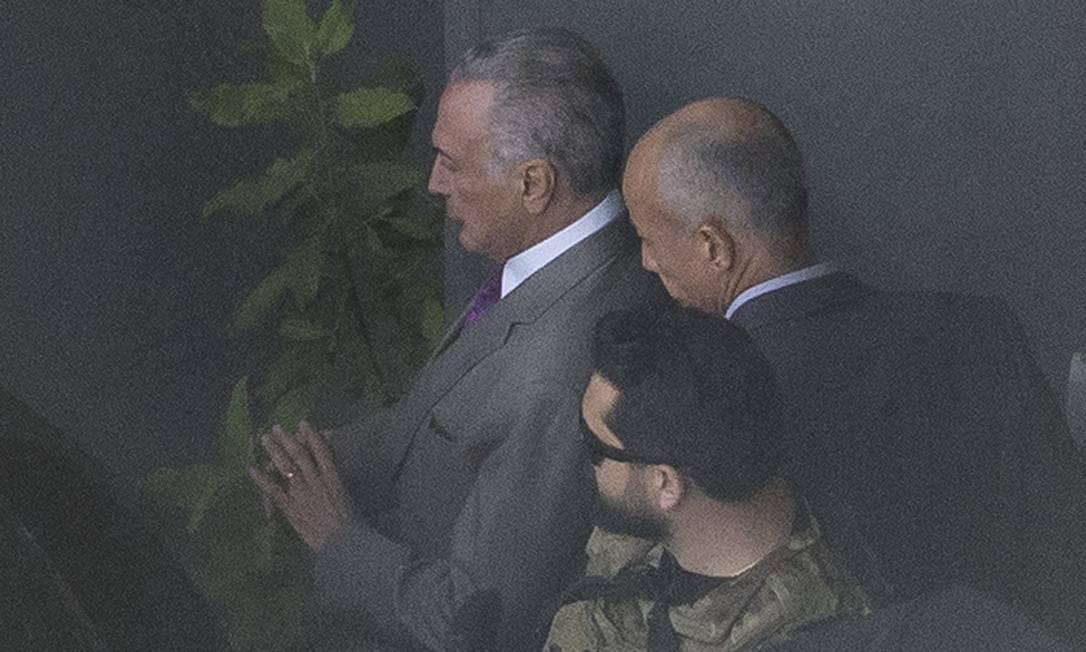 Ex-presidente Michel Temer deixa sala da Polícia Federal, em Guarulhos, rumo ao Rio de Janeiro Foto: Edilson Dantas / Agência O Globo
