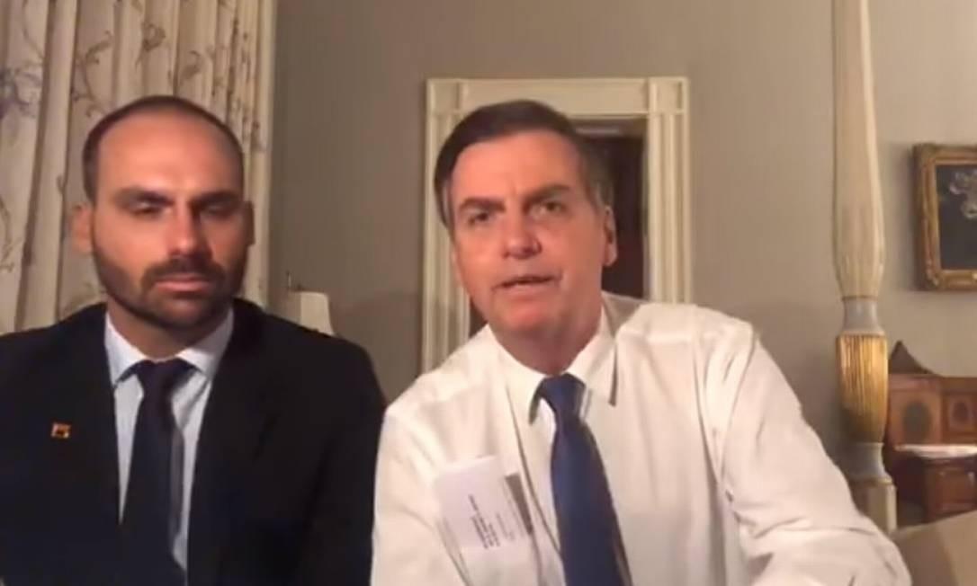 O presidente Jair Bolsonaro e o deputado Eduardo Bolsonaro Foto: Reprodução/Facebook