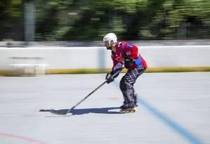 Daniel Vanuchi dá aulas de hockey no Condomínio Mandala Foto: Bruno Kaiuca / Agência O Globo