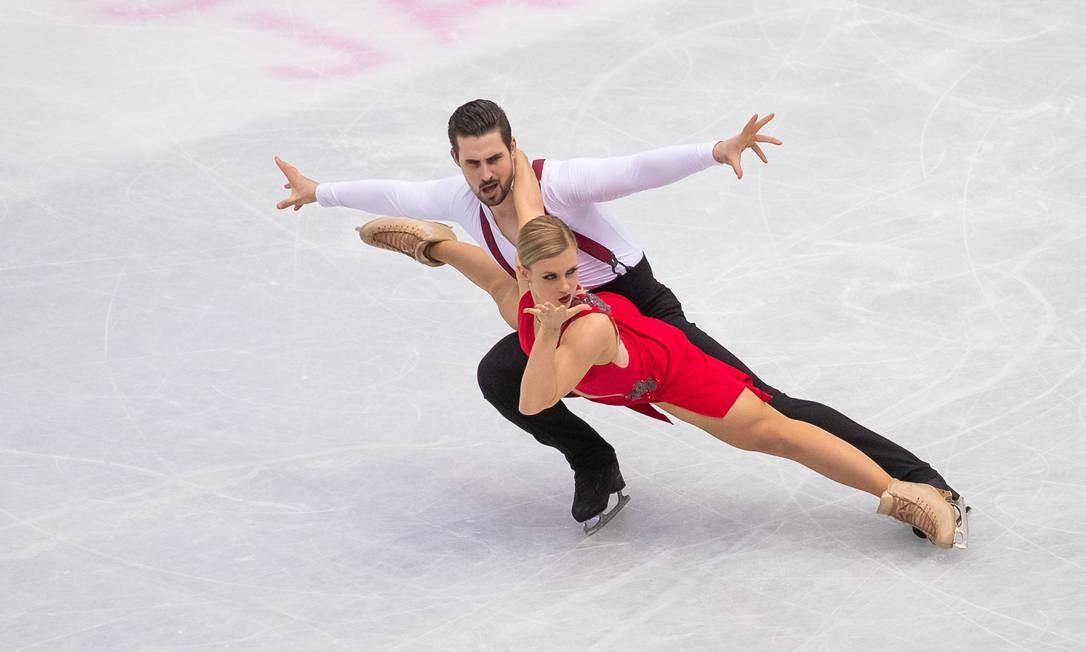 Casal se apresenta na competição de dança no gelo durante os campeonatos mundiais de patinação artística na cidade japonesa de Saitama Foto: NICOLAS DATICHE / AFP