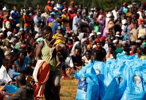 Sobreviventes do ciclone em Chimanimani, no Zimbábue, recebem alimentos Foto: PHILIMON BULAWAYO / REUTERS