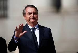 """Bolsonaro acena ao chegar à reunião de cúpula que lançou o Prosul nesta sexta no Chile: acusações de machismo e homofobia são """"mentira' Foto: Esteban Garay/REUTERS"""