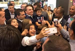 Bolsonaro faz selfie com chilenos no shopping Alto Los Condes, em Santiago Foto: Janaína Figueiredo