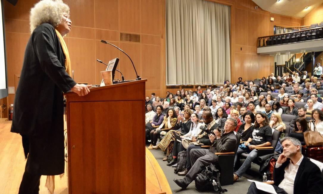 Em sua palestra, Angela Davis recordou as intelectuais negras latino-americanas, lembrando que Marielle não está sozinha no balanço da memória coletiva. Foto: Daiane Tamanaha / Divulgação