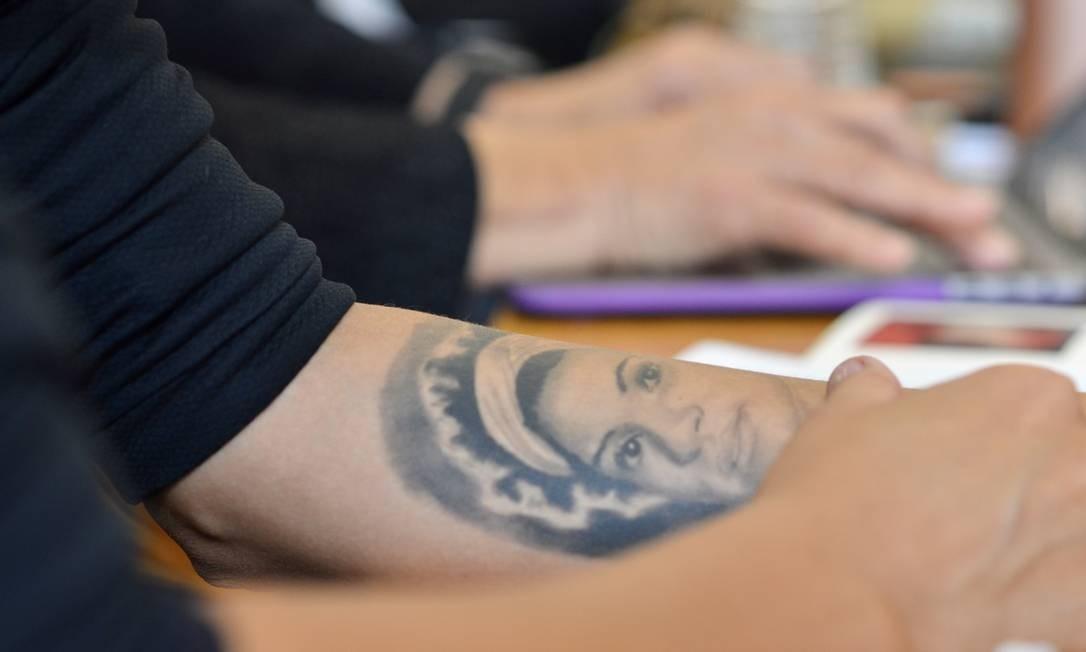 Tatuagem com o rosto de Marielle feita por Mônica Benício Foto: Daiane Tamanaha / Reprodução