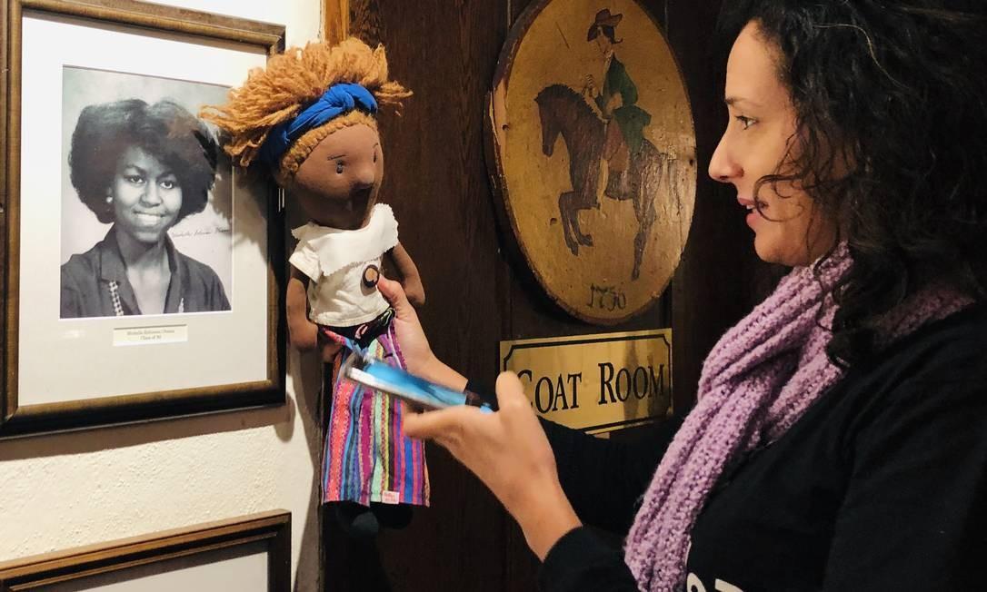 Mônica Benício ao lado de um quadro de Michelle Obama, ex-primeira dama dos EUA e ex-aluna de Princeton Foto: Daiane Tamanaha / Divulgação