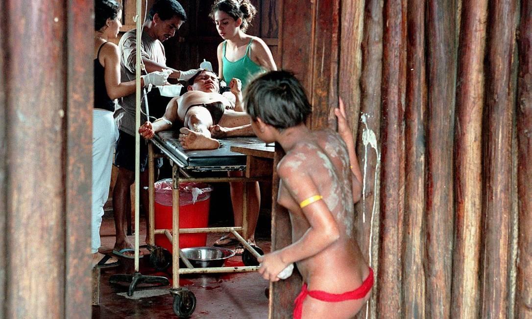 Índio Yanomami é atendido em posto de saúde da aldeia de Surucucu, na fronteira do Brasil com a Venezuela Foto: Sérgio Andrade/17-5-2000