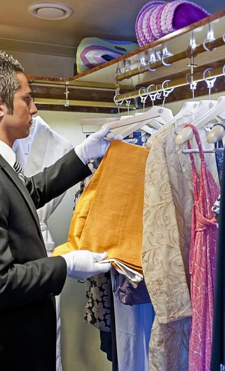 Mordomo arruma as roupas de uma passageira no MSC Yacht Club, a classe de cabines premium a bordo dos navios da MSC Cruzeiros Foto: Stefano Scatà / MSC / Divulgação