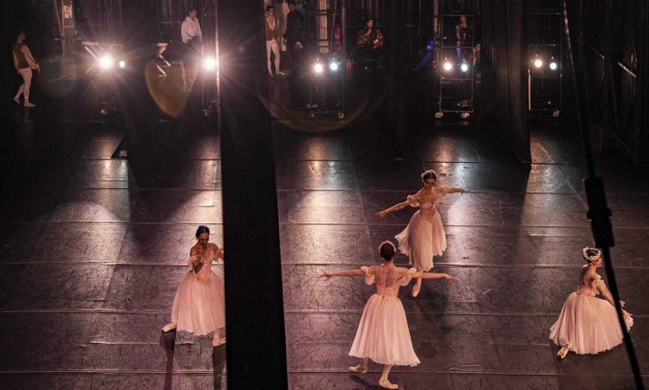 """Bastidores do Teatro Municipal. Na foto, espetáculo """"Primavera da dança"""", com a primeira bailarina, Claudia Mota Foto: Ana Branco / Agência O Globo"""