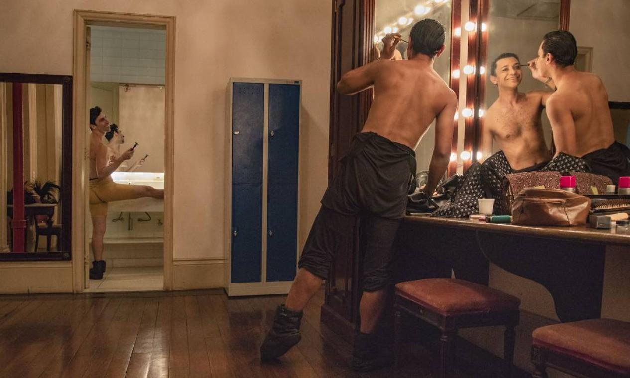 """No camarim, os preparativos para o espetáculo """"Primavera da dança"""", com os bailarinos Bruno Fernandes e Ivan Franco (em primeiro plano). Foto: Ana Branco / Agência O Globo"""