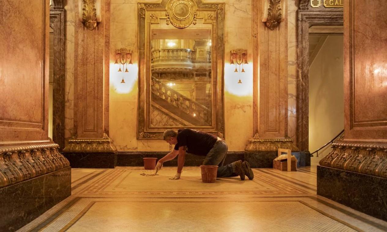 O restaurador Alex Miranda Ribeiro faz reparos constantes nos rejuntes do mosaico do piso com pó de marmore, pó de tijolo, terracota, cal e cimento. Foto: Ana Branco / Agência O Globo