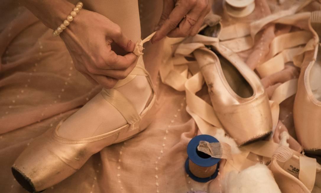 """Na foto, destalhes dos preparativos no camarim para o espetáculo """"Primavera da dança"""". Foto: Ana Branco / Agência O Globo"""
