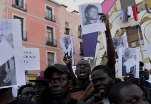 Centenas de pessoas protestam no aniversário da morte do imigrante Mame Mbaye. Segundo a polícia, ele morreu do coração. Pessoas próximas dizem que foi espancado por policiais Foto: Juan Carlos Lucas/AFP / Agência O Globo