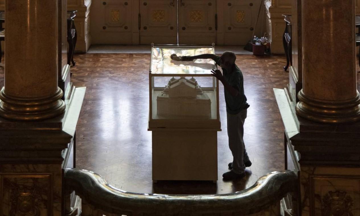 A limpeza no foyer e dos vitrais faz parte da rotina dos dedicados funcionários do Teatro Municipal. Foto: Ana Branco / Agência O Globo