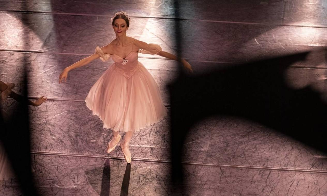 """A bailarina Fernanda Martiny no espetáculo """"Primavera da dança"""", que também conta com a primeira bailarina do Municipal, Claudia Mota. Foto: Ana Branco / Agência O Globo"""