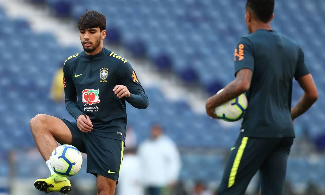 Paquetá domina a bola no treino do Estádio do Dragão Foto: Lucas Figueiredo/CBF