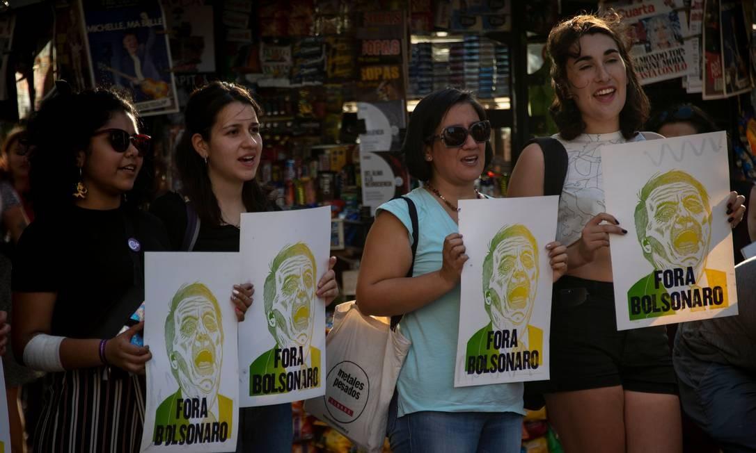 Mulheres e ativistas LGBT fazem protesto em Santiago contra a visita de Bolsonaro ao Chile: presidente disse na entrevista que estavam tentando contragê-lo Foto: MARTIN BERNETTI/AFP