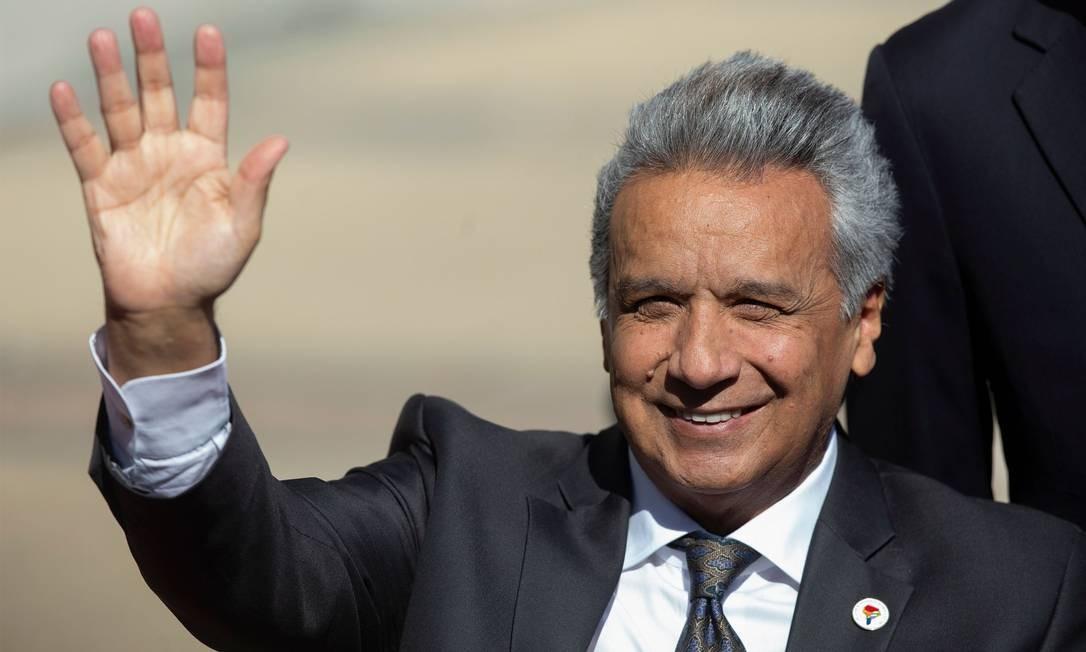 Presidente equatoriano, Lenín Moreno, acena na chegada ao palacio de la Moneda, em Santiago Foto: CLAUDIO REYES / AFP