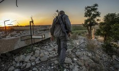 Homem anda pela aldeia de Baghuz, na Síria Foto: Ivor Prickett/New York Times