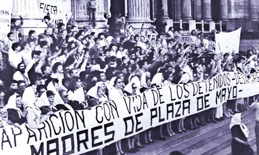 BAS 05 - BUENOS AIRES (ARGENTINA), , 23/03/2006.- Imagen de Archivo del 29 de octubre de 1982, en la que cientos de madres y familiares de desaparecidos, las Madres de Plaza de Mayo, se manifiestan frente al Palacio del Congreso Nacional para exigir al Gobierno Militar la aparición de 30.000 personas desaparecidas entre 1976 y 1979. Mañana viernes se cumplen 30 años del golpe militar que derrocó a la democracia para instaurar una dictadura que permaneció hasta fines de 1983. EFE/ArchivoLegenda da foto : O INÍCIO DO FIM : Mães e outros parentes de vítimas da ditadura protestaram contra o regime. A falta de apoio popular levou o governo a invadir as Ilhas Malvinas Foto: EFE/Archivo