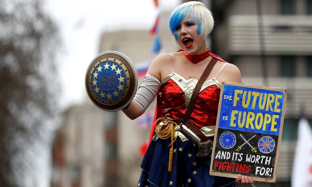 Uma manifestante pró-União Europeia se veste de mulher maravilha para defender que o futuro é a Europa Foto: Peter Nicholls / Reuters