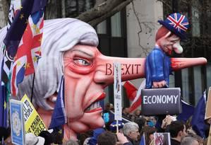 Um boneco que representa a primeira-ministra Theresa May é levado pelos manifestantes pelas ruas de Londres. Eles pedem um segundo referendo sobre o Brexit Foto: ISABEL INFANTES / AFP