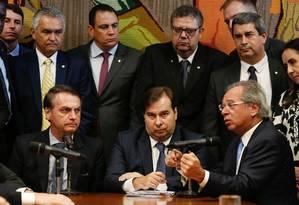 Bolsonaro, Maia e Guedes na entrega da proposta de Previdência dos militares ao Congresso, em 20 de março Foto: Carolina Antunes/AFP