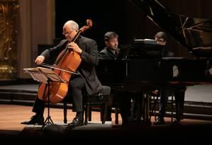 O violoncelista Antonio Meneses e o pianista Cristian Budu, em concerto no Teatro Muncipal do Rio de Janeiro Foto: Renato Mangolin / Divulgação