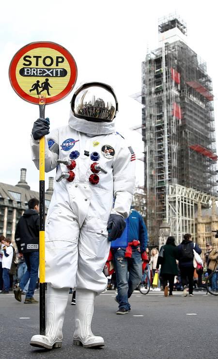 Fantasiado de astronauta, manifestante pede uma nova votação sobre a permanência na União Europeia Foto: Henru Nicholls / Reuters