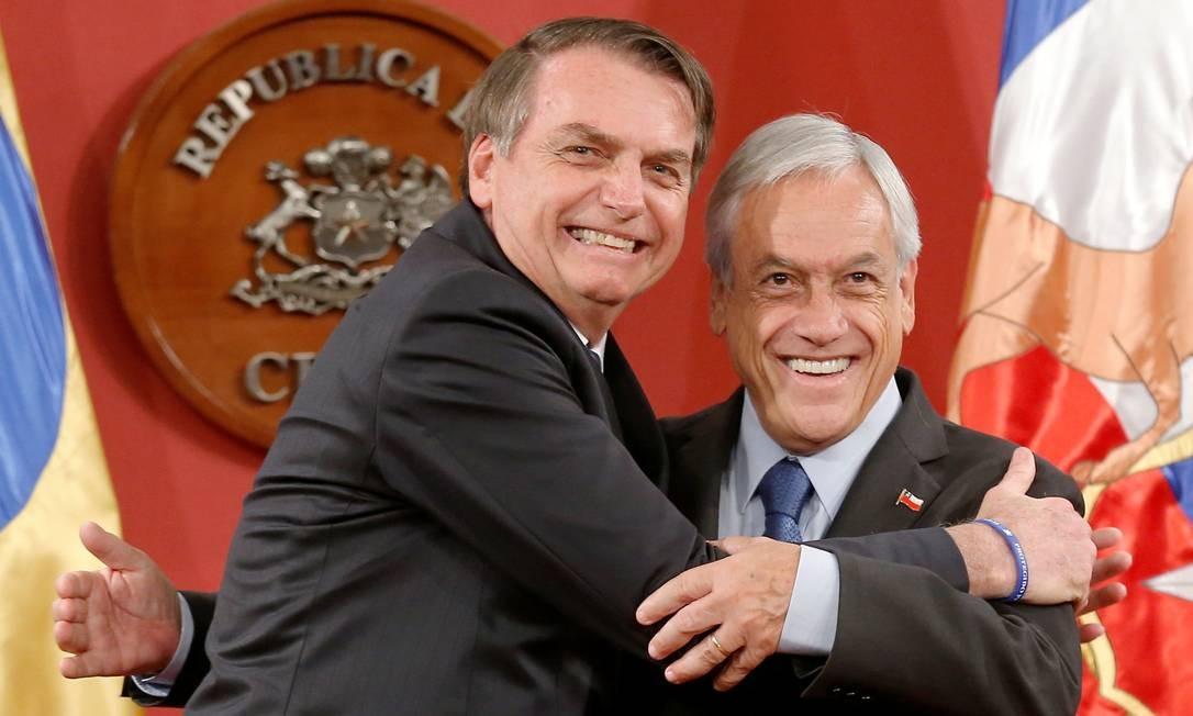 Bolsonaro abraça o presidente chileno, Sebastian Piñera Foto: RODRIGO GARRIDO / REUTERS