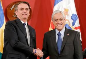 Os presidentes Jair Bolsonaro e Sebastian Piñera, do Chile, se cumprimentam após assinatura da declaração conjunta Foto: RODRIGO GARRIDO / REUTERS