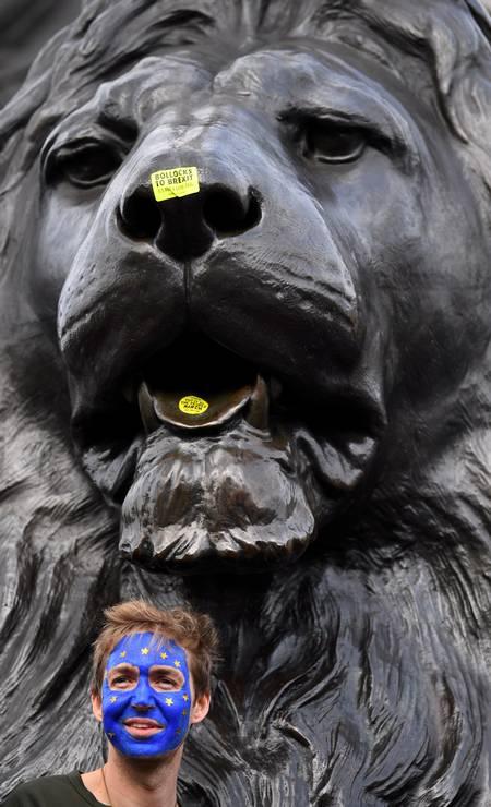 Adesivos por uma nova votação são colados em leão da Trafalgar Square, no Centro de Londres Foto: Dylan Martinez / Reuters