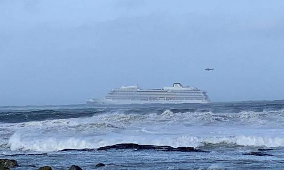 Helicópteros estão sendo usados no resgate de passageiros do navio Viking Sky, que estava à deriva em direção à costa Foto: Reuters
