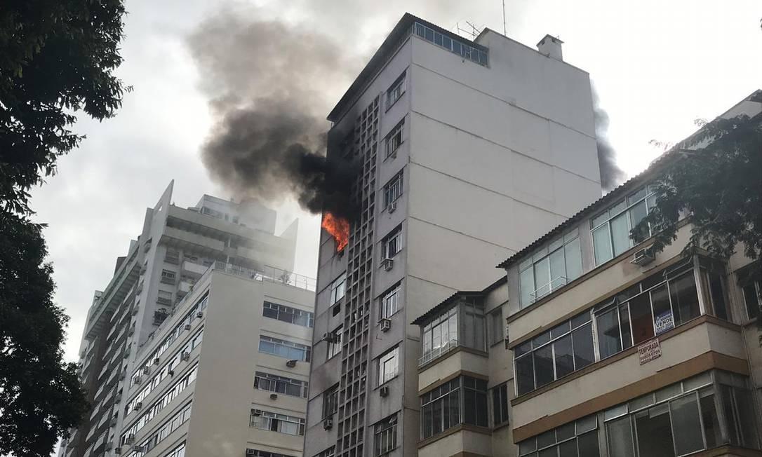 Incêndio em prédio na Rua Barata Ribeiro, em Copacabana Foto: Gilberto Porcidonio / Agência O Globo