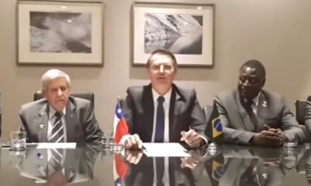 Bolsonaro durante uma de suas transmissões Foto: Terceiro / Agência O Globo