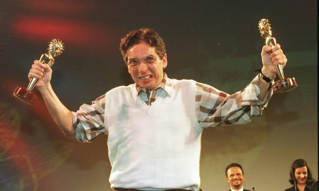 """Domingos Oliveira exibe dois dos três Kikitos recebidos por """"Amores"""", no Festival de Gramado, em 1998. Produção que marcou sua volta à direção de cinema depois de 21 anos Foto: Genaro Joner / O Globo"""