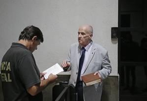 O escritor e membro da ABL, Carlos Nejar, levou o livro